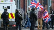 Für und mit Union Jack: Loyalistische Demonstranten und Polizisten am 12. Januar in Ost-Belfast, wo es an dem Tag zu Krawallen kam