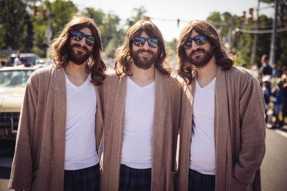 Nicht nur Zwillinge, sondern auch Drillinge feiern gemeinsam ihre leibhaftigen und geschwisterlichen Spiegelbilder.