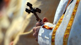 Priester ohrfeigt weinendes Baby