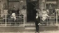 Terrasse eines Wiener Kaffeehauses um 1915.