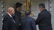 Sicherheitskräfte betreten in Istanbul das Konsulat von Saudi-Arabien.