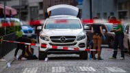 Die Spurensicherung der Polizei untersuchen nach der Schießerei einen Mercedes-Geländewagen