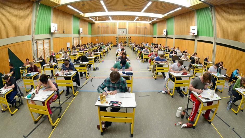 Abiturprüfung in der Turnhalle - nach nur acht Jahren auf dem Gymnasium