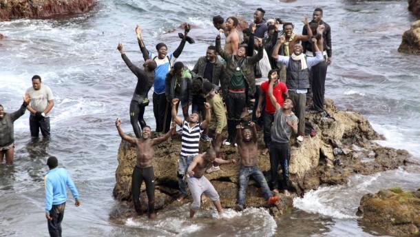 Mehr als 100 Flüchtlinge stürmen spanische Exklave Ceuta