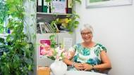 Kein Mangel an Blättern: Dagmar Kuchenbecker mag Pflanzen und Zettelkästen