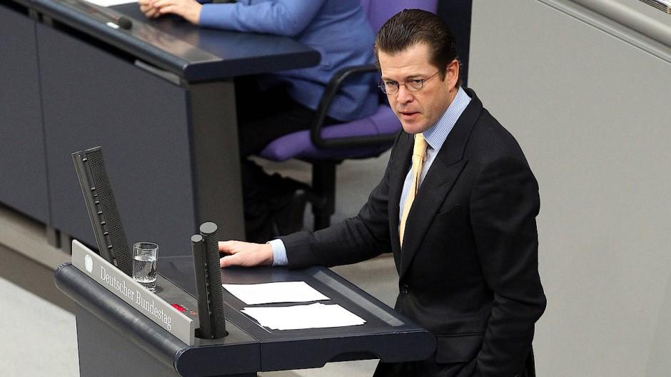 Der damalige Verteidigungsminister Karl-Theodor zu Guttenberg (CSU) 2011 im Bundestag bei einer Beratung zur Aussetzung der Wehrpflicht