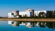 Die beiden Reaktorgebäude des Kernkraftwerk Fessenheim und eine anliegende Halle sind bereits aus der Entfernung im Rheintal zu sehen. Jetzt wurde das AKW abgeschaltet.