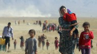 """Opfer des vorrückenden """"Islamischen Staates"""": Jesiden auf der Flucht aus ihrer nordirakischen Heimatregion Richtung syrische Grenze im Sommer 2014"""