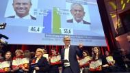 Der Wahlkampfmanager von Alexander Van der Bellen, Lothar Lockl, kurz nach der Veröffentlichung der ersten Hochrechnung am Sonntagabend.