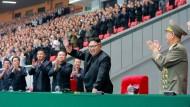 Mit griffbereitem Fernglas: Kim Jong-un (rechts) noch bei bester Laune