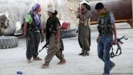 Kurdische Kooperation: PKK-Kämpfer im nordirakischen Makhmur unterstützen ihre einstigen Rivalen der Peschmerga gegen die Dschihadisten