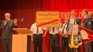 563 Kilometer: Neulußheim schenkt Langebrück ein Ortsschild