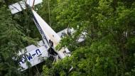 Nach zwei Stunden konnten die beiden Insassen aus dem Flugzeug befreit werden.