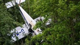 Kleinflugzeug bleibt in Baumkrone hängen