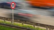 Ein Tempo-100-Schild an der Autobahn A648 in der Nhe von Frankfurt am Main