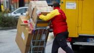 Der Arbeitskräftemangel schlägt zu: Auch Paketzusteller werden gesucht.