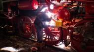 Handarbeit am Stahlkoloss: Für die immer wieder nötigen Schleif- und Schweißarbeiten muss Michael Rüster der Güterzuglok 52 4867 aus dem Baujahr 1947 ganz nah auf die Pelle rücken. Insgesamt hat der Verein zwei Dampflokomotiven, vier Dieselloks und sieben Abteil- und Güterwagen in seiner Sammlung.