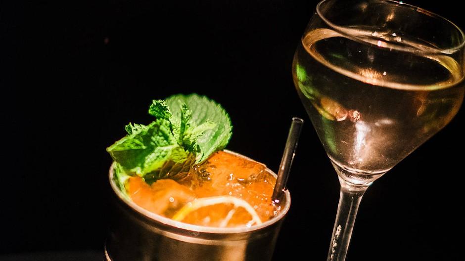 Ob im Silberbecher oder im Glas mit Stiel: Gin fließt heute durch die Kehlen vieler Leute.