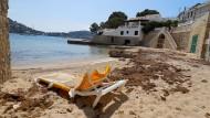 Bereit für Gäste: Strandliege in Port Andratx auf Mallorca