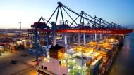 Hamburgs Tor zur Welt soll offen bleiben: Blick über den Container Terminal Altenwerder