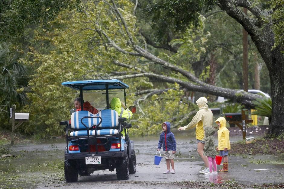Ausnahmezustand: Bewohner der Isle of Palms im Bundesstaat South Carolina begutachten die Schäden, die Hurrikan Dorian angerichtet hat.