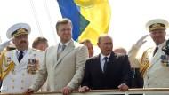 """Wladimir Putin, hier bei einer gemeinsamen Zeremonie mit dem ukrainischen Präsidenten Viktor Janukowitsch im Juli, denkt öffentlich über """"Schutzmaßnahmen"""" gegen die Ukraine nach"""