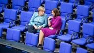 Angela Merkel (links) und Katrin Göring-Eckardt pflegen bereits ein vertrautes Verhältnis.