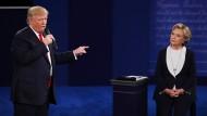 Bei weitem kein Duett: Hillary Clinton und Donald Trump liefern sich im zweiten TV-Duell eine hitzige Debatte.