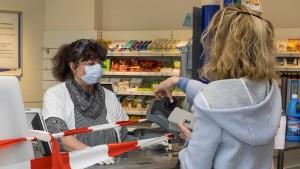 Mann ohne Mundschutz attackiert Drogerieangestellte