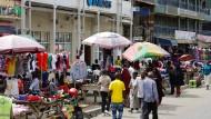 Filialen gibt es auch noch: Doch in Nairobi werden viele Bankgeschäfte mobil abgewickelt.