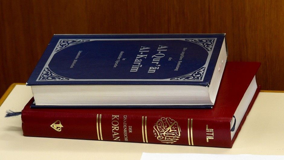 Der Koran wird auch als Symbol in Kriegen benutzt. Zum Beispiel vom Brigadegeneral Tahsin Yazici, der auf einem Bild den Koran küsst und damit in der türkischen Presse der 1950er Jahre geradezu ikonischen Rang erreicht.