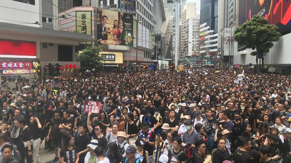 Um möglichst viel Angst zu schüren, hat die Kommunistische Partei am Samstagabend ein martialisches Video veröffentlicht, in dem Tausende Polizisten und Soldaten gemeinsam die Niederschlagung eines Aufstands üben. Davon haben sich die Demonstranten aber nicht abschrecken lassen.