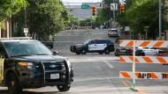 Polizeiautos sperren am Sonntag eine Straße in Austin.