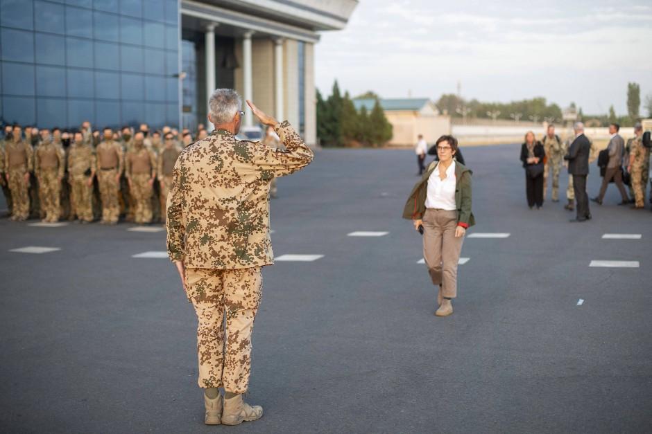 Brigadegeneral Jens Arlt salutiert vor der deutschen Verteidigungsministerin Annegret Kramp-Karrenbauer bei ihrer Ankunft auf dem Flughafen von Taschkent.