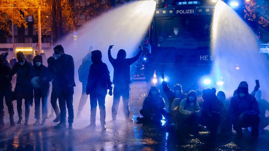 Konfrontation: Die Polizei setzte wegen der Ausschreitungen unter anderem Wasserwerfer ein