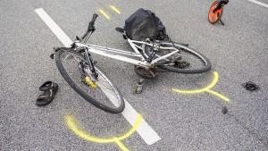 Radfahrerin stirbt nach schwerem Unfall