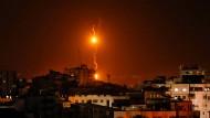 Die israelische Luftwaffe reagierte mit Luftangriffen in Gaza-Stadt auf einen massiven Raketenbeschuss durch militante Palästinenser.