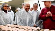 """Will einen Wahlkampf für """"die kleinen Leute"""" führen: SPD-Kanzlerkandidat Martin Schulz in einer mittelständischen Fischfabrik in Eckernförde"""