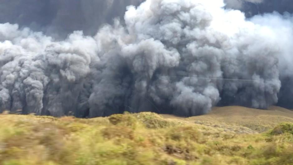 Screenshot von einem Video auf Twitter: Der Vulkan spuckte Asche rund dreieinhalb Kilometer hoch in den Himmel.