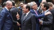 Munterer als ihre Themen: Charles Michel und Francois Hollande, Jean-Claude Juncker und Alexis Tsipras in Brüssel