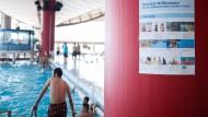 Gut sichtbar: Wie hier im Rebstockbad haben die Bäderbetriebe ihre neuen Hinweise an zentralen Stellen aufgehängt. Manche Plakate gibt es nun in elf Sprachen.