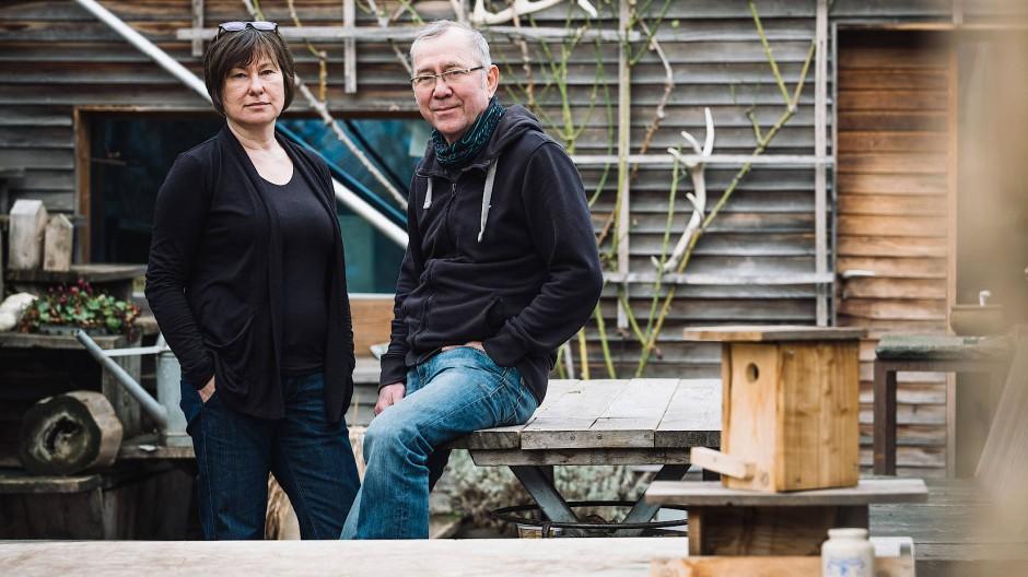 Für ihre Möbel verwenden sie nur Holz aus dem Kölner Forst: Architektin Sabine Röser und Schreiner Wilfried Nissing.