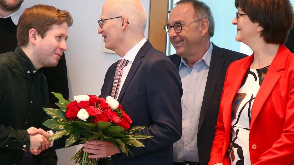 Juso-Chef Kevin Kühnert gratuliert Peter Tschentscher.