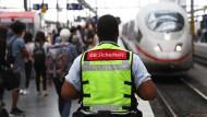 Sind die Sicherheitsvorkehrungen an Bahnhöfen in Deutschland ausreichend? Darüber ist eine Debatte entbrannt.