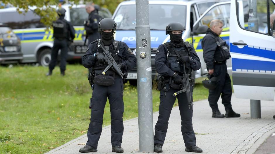 Polizisten sichern am Mittwoch den Tatort in Halle.