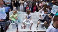 Marode Infrastruktur: Vor einem Jahr haben Frankfurter Grundschüler auf dem Römerberg für die Instandsetzung von Schultoiletten demonstriert.