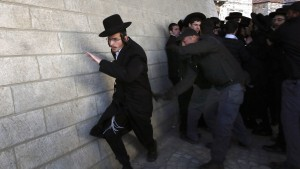 Gewaltsame Proteste im Streit über Wehrpflicht