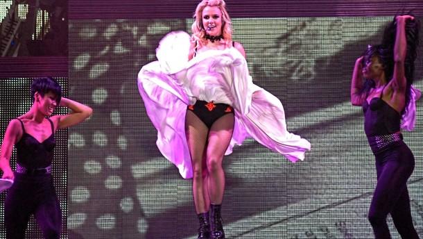 Britney Spears schlägt Seeräuber in die Flucht