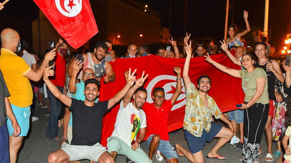 Auf den Straßen in Tunis wird die Entlassung des Ministerpräsidenten Mechichi durch den tunesischen Präsidenten Saied gefeiert. Aber wie lange noch? Das Bild stammt vom 25. Juli.