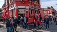 Fußball ist ihr Leben: Fans des FC Liverpool beim Vorglühen gegenüber dem Stadion im heruntergekommenen Stadtteil Anfield.